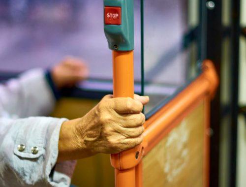 Lei que permite idosos descerem fora do ponto é de autoria de Marquinho de Abreu