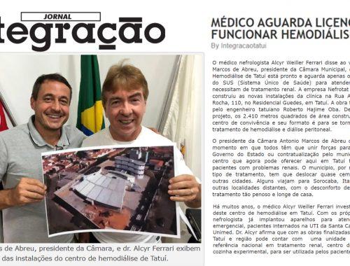 Antonio Marcos de Abreu, presidente da Câmara, e dr. Alcyr Ferrari exibem fotos das instalações do centro de hemodiálise de Tatuí